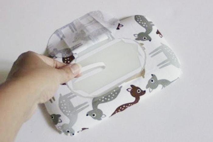 Babyspielzeug-DIY nun wird der kleine Deckel mit dem Klebeband beklebt