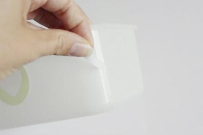 Babyspielzeug-DIY beidseitiges Klebeband wird auf die Ecken der Boxwände geklebt