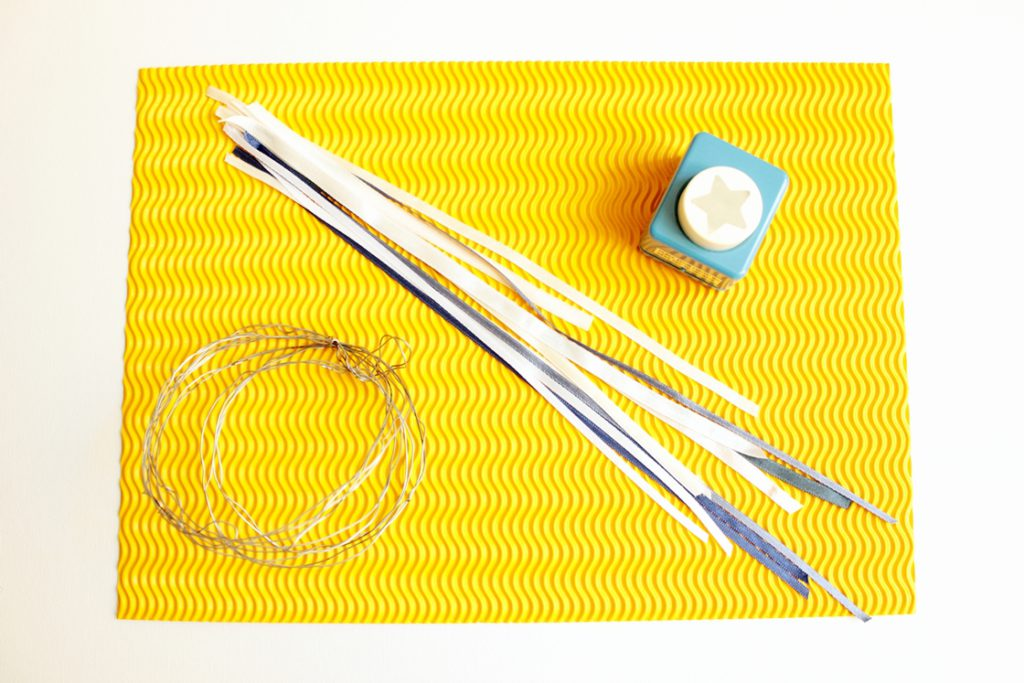 DIY-Sternenhimmel-Turorial Material: gelbes Wellenpapier,weisse und blaue unterschiedlich lange Bänder, Draht, Sternausstecher