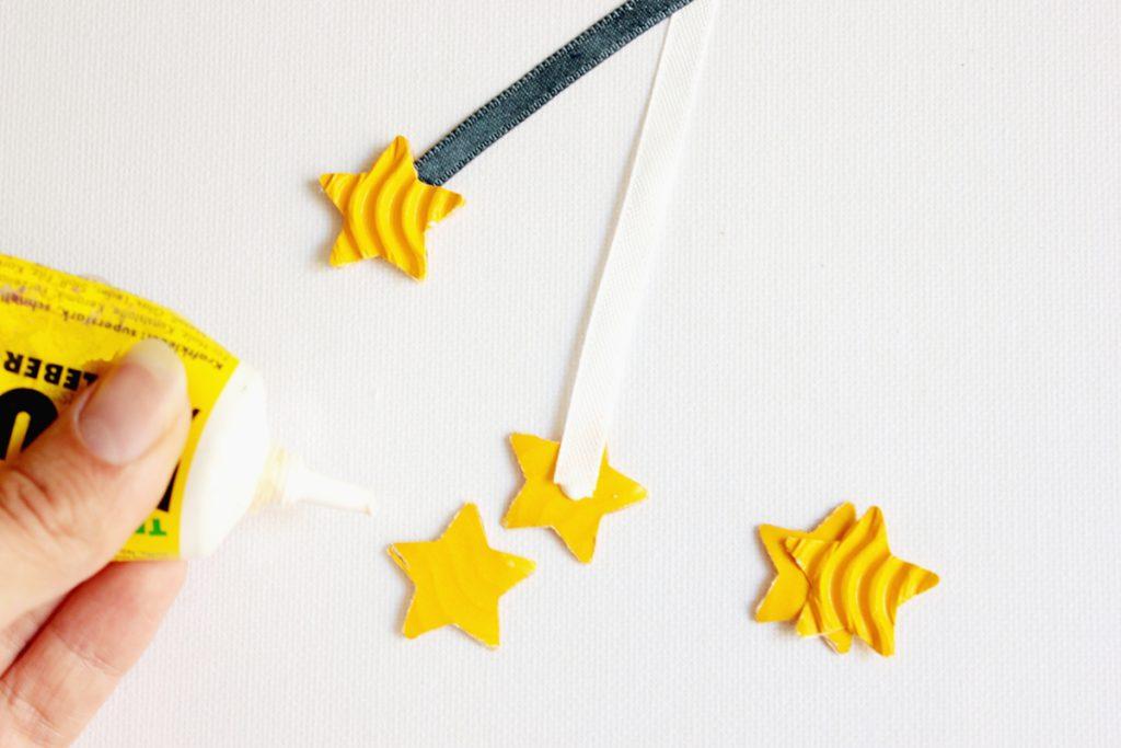 DIY-Sternenhimmel-Tutorial zwei Sterne werden jetzt mit den später nichtzu sehenden Seiten und dem Band dazwischen passend verklebt,