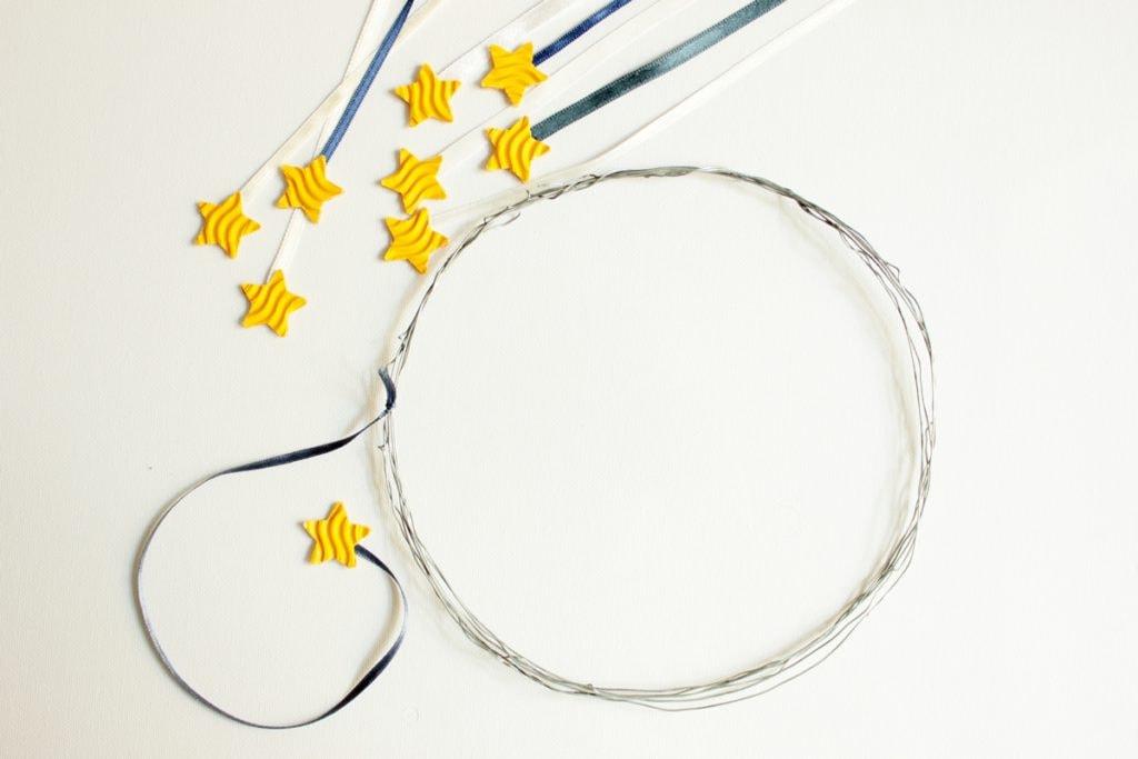 DIY-Sternenhimmel-Tutorial Band mit Stern am runden Draht befestigen