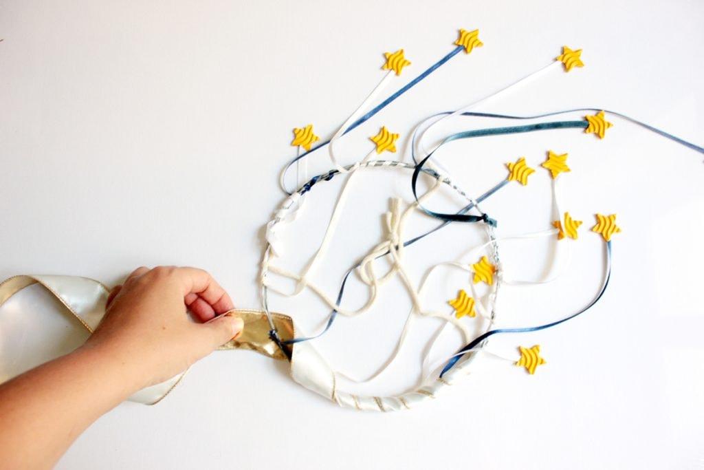 DIY-Sternenhimmel-Tutorial Drahtgestell wird mit Band umwickelt