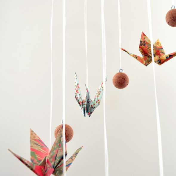 stilvolles Mobilé basteln Origami-Kraniche Kork Kristall